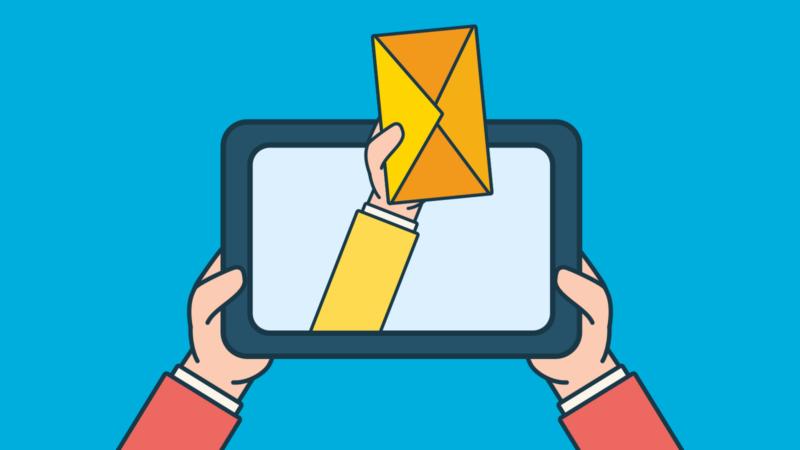 main avec une enveloppe dans une tablettre électronique pour illustrer le concept d'infolettre
